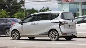 Nieuw Product van Toyota Automobiel Toyota Sienta stock footage