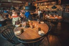 Nieuw restaurant met ontworpen binnenland en custromers van cultureel centrum Fotografiska Stock Foto