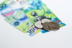 Nieuw Russisch die geld specifiek voor het voetbalkampioenschap wordt uitgegeven 100 en sommige muntstukken met het symbool van d Royalty-vrije Stock Fotografie