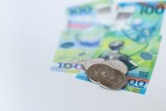 Nieuw Russisch die geld specifiek voor het voetbalkampioenschap wordt uitgegeven 100 en sommige muntstukken met het symbool van d Stock Foto