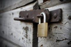 Nieuw slot en oude houten deur royalty-vrije stock foto