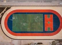 Nieuw sporthof voor voetbal, voetbal en tennis in stedelijk landschapsontwerp, luchttop down mening royalty-vrije stock afbeelding