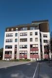 Nieuw stadhuis in Hilden vóór blauwe hemel royalty-vrije stock afbeeldingen