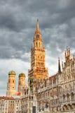 Nieuw stadhuis met Frauenkirche-kathedraal in Marienplatz München stock foto