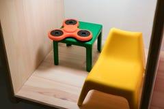 Nieuw tendensspeelgoed die bij de hoek van mini groene lijst leggen royalty-vrije stock foto