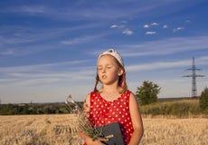 Nieuw Testamentpsalmen Het meisje leest de Bijbel royalty-vrije stock foto