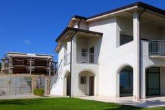 Nieuw twee-verhaal huis met tuin Royalty-vrije Stock Afbeeldingen