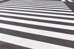 Nieuw voetzebrapad in zwart-wit op veilige stadsstraat, Royalty-vrije Stock Foto