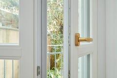 Nieuw, wit dubbel verglaasd open venster met gouden handvat stock fotografie