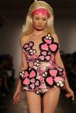 NIEUW YORK 11 SEPTEMBER: Model gangenbaan bij de Inzameling Blonds voor de Zomer van 2013 van de Lente Royalty-vrije Stock Fotografie