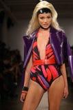 NIEUW YORK 11 SEPTEMBER: Model gangenbaan bij de Inzameling Blonds voor de Zomer van 2013 van de Lente Stock Fotografie