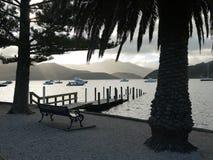 Nieuw Zeeland: Akaroahaven met overstroomde pijler stock afbeeldingen