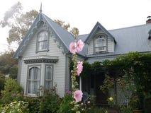 Nieuw Zeeland: Grijze huis van de Akaroa het historische 19de eeuw stock foto