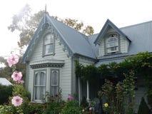 Nieuw Zeeland: Grijze huis van de Akaroa het historische 19de eeuw stock foto's