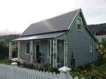 Nieuw Zeeland: Grijze plattelandshuisje van de Akaroa het historische 19de eeuw met veranda royalty-vrije stock afbeelding