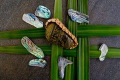 Nieuw Zeeland - Maori als thema gehade voorwerpen - stammenriviersteen in geweven stock afbeeldingen