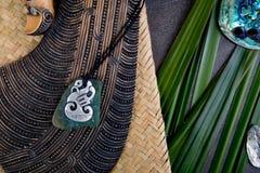 Nieuw Zeeland - Maori als thema gehade zuivere voorwerpen - en metaal en greensto royalty-vrije stock afbeeldingen
