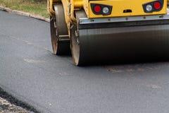 Nieuwe asfaltweg De werken van het wegasfalt Bouwwerkzaamheden Stock Foto