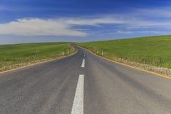 Nieuwe asfaltweg onder de de lentegebieden Stock Fotografie