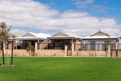 Nieuwe Australische huizen in een moderne voorstad stock fotografie