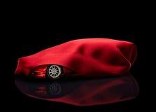 Nieuwe auto die onder rode dekking wordt verborgen royalty-vrije stock afbeelding