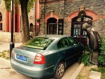nieuwe auto en oude mens Stock Foto