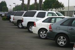 Nieuwe auto's voor verkoop stock afbeeldingen