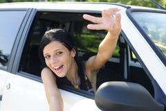Nieuwe auto: tiener die overwinningsteken toont Royalty-vrije Stock Fotografie