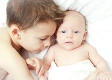 Nieuwe babybroer Stock Foto's