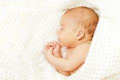 Nieuwe babyslaap, - geboren In slaap Jong geitje, Pasgeboren Jongensslaap Stock Afbeelding