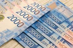 Nieuwe bankbiljetten van Rusland Nieuwe nota's in twee duizend roebels 100 roebels nieuw ontwerp van geld in Rusland Russische Fe Stock Afbeeldingen