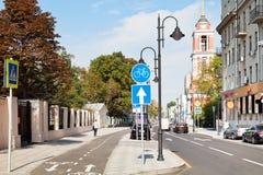 Nieuwe bikeway op Pyatnitskaya-straat in Moskou Stock Foto