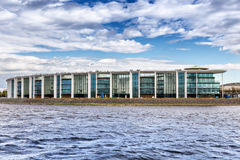 Nieuwe binnensportclub ` yawara-Neva ` op Bychy-Stiereneiland op de kust van het Grebnoy-het Roeien Kanaal, St. Petersburg Stock Foto's