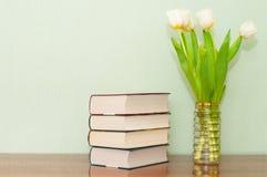 Nieuwe boeken met een boeket van tulpen op een houten lijst Royalty-vrije Stock Foto
