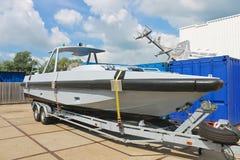 Nieuwe boot op een aanhangwagen Stock Afbeeldingen