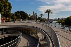 Nieuwe boulevard van de rivier Guadalquivir in Sevilla stock afbeelding