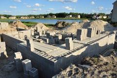 Nieuwe bouw, de concrete blokken van stichtingsmuren Stock Foto's