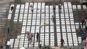 Nieuwe bouw met arbeiders die hun werk doen stock footage