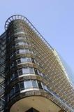 Nieuwe bouw met blauwe hemel op achtergrond Royalty-vrije Stock Foto's