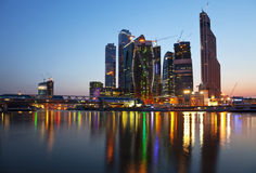 Nieuwe bouw in Moskou bij zonsondergang Royalty-vrije Stock Fotografie