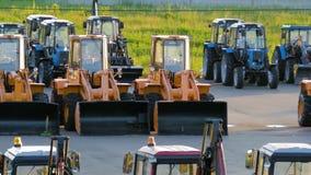 Nieuwe bouwmateriaal, bulldozers en tractoren in het Parkeerterrein stock videobeelden