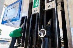 Nieuwe brandstof etikettering bij de pompen van de benzinepost met nieuwe de EU-etiketten stock foto
