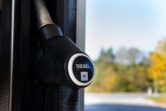 Nieuwe brandstof etikettering bij de pompen van de benzinepost met nieuwe de EU-etiketten stock foto's