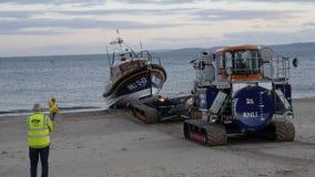 Nieuwe Britse reddingsboot die op Exmouth-strand in Devon het UK na overzeese proeven landen Deze boot is recentste behendigst in stock fotografie