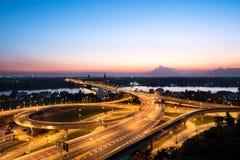 Nieuwe brug dwarsrivier met licht in schemeringtijd Stock Fotografie