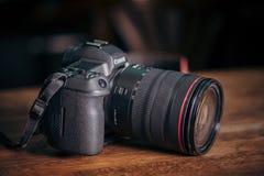 Nieuwe camera Canon EOS R 30 1 mirrorless verwisselbaar-lens van het megapixel volledig-kader op de lijst royalty-vrije stock foto