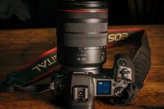 Nieuwe camera Canon EOS R 30 1 mirrorless verwisselbaar-lens van het megapixel volledig-kader op de lijst stock afbeeldingen