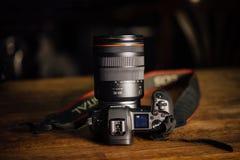 Nieuwe camera Canon EOS R 30 1 mirrorless verwisselbaar-lens van het megapixel volledig-kader op de lijst stock afbeelding
