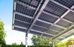 Nieuwe carport met semi transparante photovoltaik moduls stock fotografie