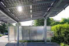 Nieuwe carport met semi transparante photovoltaik moduls royalty-vrije stock foto's